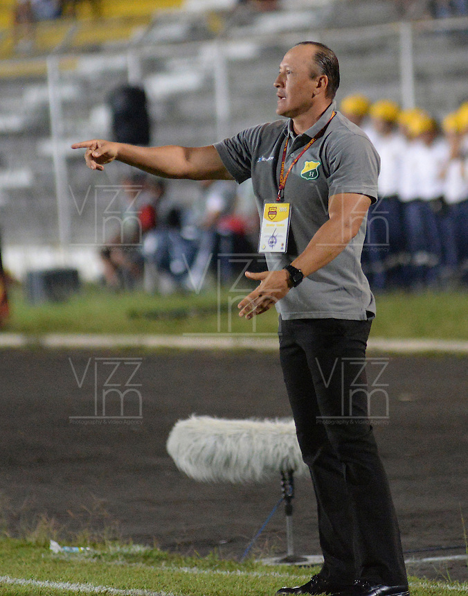 IBAGUÉ -COLOMBIA, 08-01-2014. Jose Fernando Santa técnico del Atletico Huila gesticula durante partido con Deportes Tolima por la fecha 10 de la Liga Aguila I 2015 jugado en el estadio Manuel Murillo Toro de la ciudad de Ibagué./ Jose Fernando Santa coach of Atletico Huila gestures during match against Deportes Tolima for the 10th date of the Aguila League I 2015 played at Manuel Murillo Toro stadium in Ibague city. Photo: VizzorImage / Juan Carlos Escobar / Cont