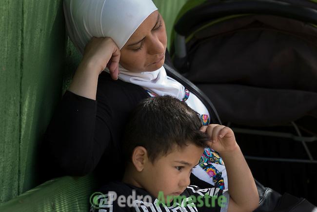 15 septiembre 2015. Melilla. Espa&ntilde;a<br /> Un millar de familias sirias, la mayor&iacute;a ni&ntilde;os, esperan en Nador y Beni Enzar (Marruecos) para poder cruzar a Melilla. La ONG Save the Children exige al Gobierno espa&ntilde;ol que tome un papel activo en la crisis de refugiados y facilite el acceso de estas familias a trav&eacute;s de la expedici&oacute;n de visados humanitarios en el consulado espa&ntilde;ol de Nador. Save the Children ha comprobado adem&aacute;s c&oacute;mo muchas de estas familias se han visto forzadas a separarse porque, en el momento del cierre de la frontera, unos miembros se han quedado en un lado o en el otro. Para poder cruzar el control, las mafias se aprovechan de la desesperaci&oacute;n de los sirios y les ofrecen pasaportes marroqu&iacute;es al precio de 1.000 euros. Diversas familias han explicado a Save the Children c&oacute;mo est&aacute;n endeudadas y han tenido que elegir qui&eacute;n pasa primero de sus miembros a Melilla, dejando a otros en Nador.<br /> &copy; Save the Children Handout/PEDRO ARMESTRE - No ventas -No Archivos - Uso editorial solamente - Uso libre solamente para 14 d&iacute;as despu&eacute;s de liberaci&oacute;n. Foto proporcionada por SAVE THE CHILDREN, uso solamente para ilustrar noticias o comentarios sobre los hechos o eventos representados en esta imagen.<br /> Save the Children Handout/ PEDRO ARMESTRE - No sales - No Archives - Editorial Use Only - Free use only for 14 days after release. Photo provided by SAVE THE CHILDREN, distributed handout photo to be used only to illustrate news reporting or commentary on the facts or events depicted in this image.