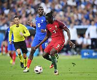 FUSSBALL EURO 2016 FINALE IN PARIS  Portugal 1-0 Frankreich     10.07.2016 Eder (vorn Nr.9, Portugal) auf dem Weg zum entscheidenden Tor zum 1-0 beobachtet von Paul Pogba (hinten, Frankreich)