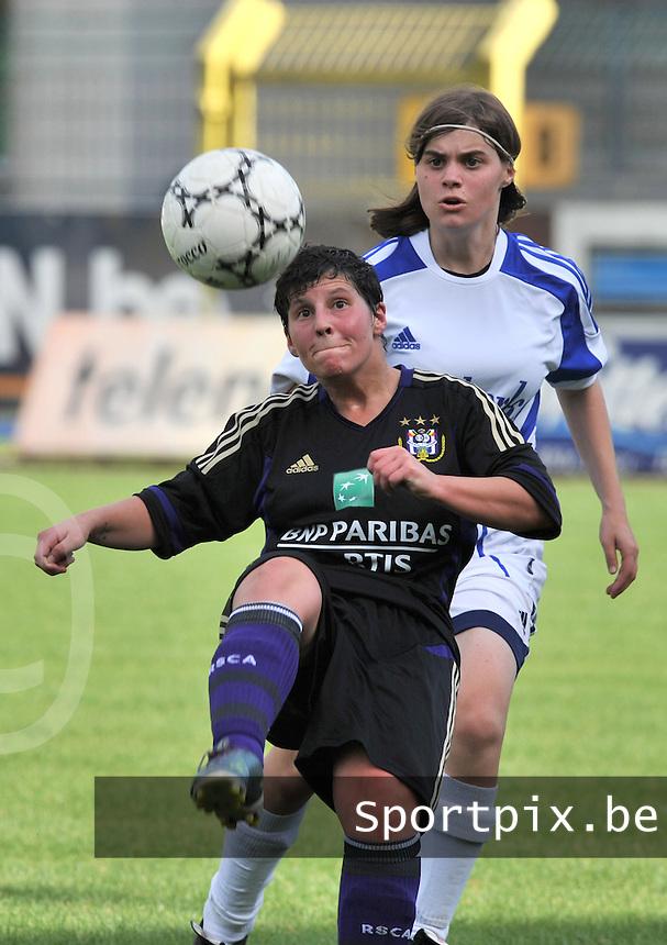 Rassing Harelbeke - RSC Anderlecht : Kelly Paulus aan de bal voor Marlies Cattebeke.foto Joke VUYLSTEKE / Vrouwenteam.be