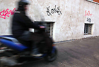 Ragazzo che guida lo scooter sul marciapiede..Boy driving a scooter on the sidewalk..