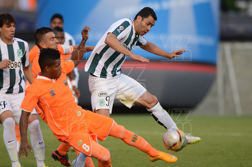ENVIGADO -COLOMBIA-14-02-2015. Faber Cañaveral (Izq) de Envigado FC disputa el balón con Francisco Najera (Der) de Atlético Nacional durante partido por la fecha 4 de la Liga Águila I 2015 realizado en el Polideportivo Sur de la ciudad de Envigado./ Faber Cañaveral (L) of Envigado FC fights for the ball with Francisco Najera (R) of Atletico Nacional during match for the second date of the Aguila League I 2015 at Polideportivo Sur in Envigado city.  Photo: VizzorImage/León Monsalve/STR
