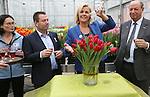 Foto: VidiPhoto<br /> <br /> LISSE &ndash; Het Nederlandse Rode Kruis werd donderdag verrast met een bijzonder eerbetoon. De hulpverleningsorganisatie kreeg een eigen tulp aangeboden van kwekersvereniging Remarkable Tulips uit Lisse. Ambassadrice Irene Moors van het Nederlandse Rode Kruis mocht de tulp officeel van de naam Red Heart voorzien. &ldquo;Een mooie tulp met een prachtige naam&rdquo;, aldus Moors. &ldquo;Want Red Heart staat symbool voor het rode hart dat klopt bij alle vrijwilligers van het Rode Kruis om mensen in nood te helpen.  De doop van de tulp Red Heart is aan de vooravond van Nationale Tulpendag op de Dam in Amsterdam zaterdag. Voor het vierde achtereenvolgende jaar wordt een enorme pluktuin met 200.000 tulpen ingericht. Vanaf 13.00 uur mag het publiek dan een gratis bosje tulpen plukken. Foto: Irene Moors geflankeerd door tulpenkweker Arjan Smit (tweede van links), Henk Hoogervorst van Remarkable Tulips (r) en Marqu&eacute;rite Patiwael van het Nederlandse Rode Kruis (r).