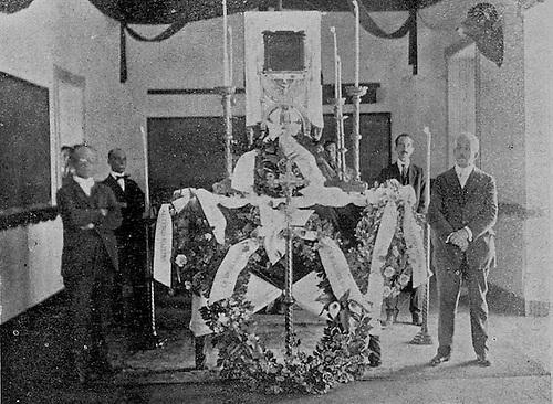 """""""Capilla ardiente levantada en la Escuela Normal para velar los despojos del Sr. Hostos. Sus distinguidos discípulos hacen la guardia de honor."""" © Delgado Brea, 1903"""