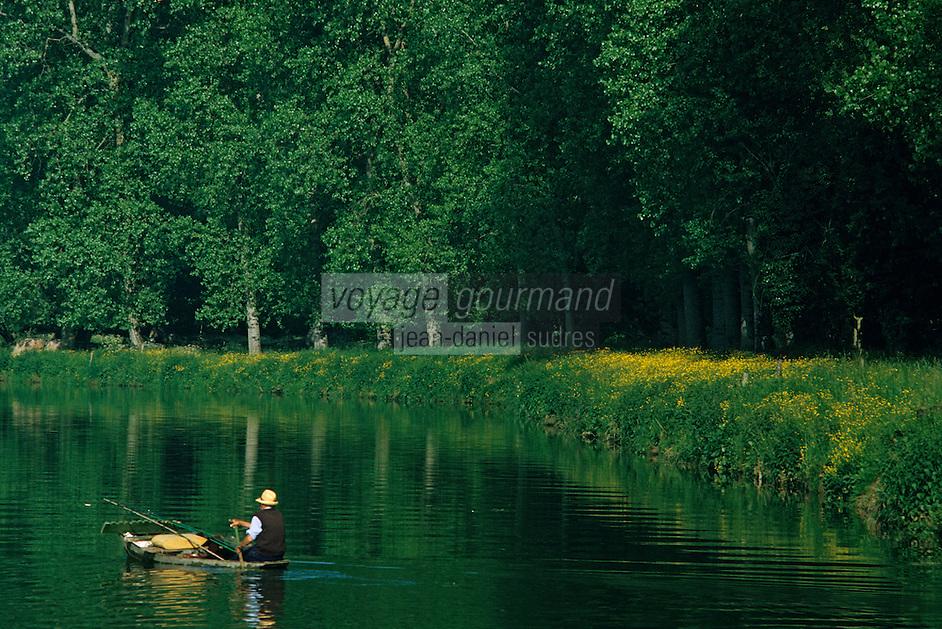 Europe/France/Poitou-Charentes/79/Deux-S&egrave;vres/Env Coulon&nbsp;: Marais poitevin et p&ecirc;cheur<br /> PHOTO D'ARCHIVES // ARCHIVAL IMAGES<br /> FRANCE 1990