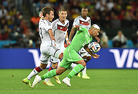 FUSSBALL WM 2014                ACHTELFINALE Deutschland - Algerien               30.06.2014 Mario Goetze (li, Deutschland) gegen Sofiane Feghouli (re, Algerien)