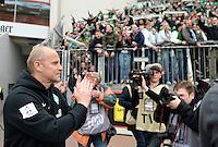 FUSSBALL   1. BUNDESLIGA   SAISON 2012/2013    31. SPIELTAG Bayer 04 Leverkusen - SV Werder Bremen                  27.04.2013 Die Fans vom SV Werder Bremen feiern die Mannschaft noch weit nach Spielschluss. Nach einiger Zeit kommt die Mannschaft um Trainer Thomas Schaaf aus der Kabine um sich von den Fans feiern zu lassen.
