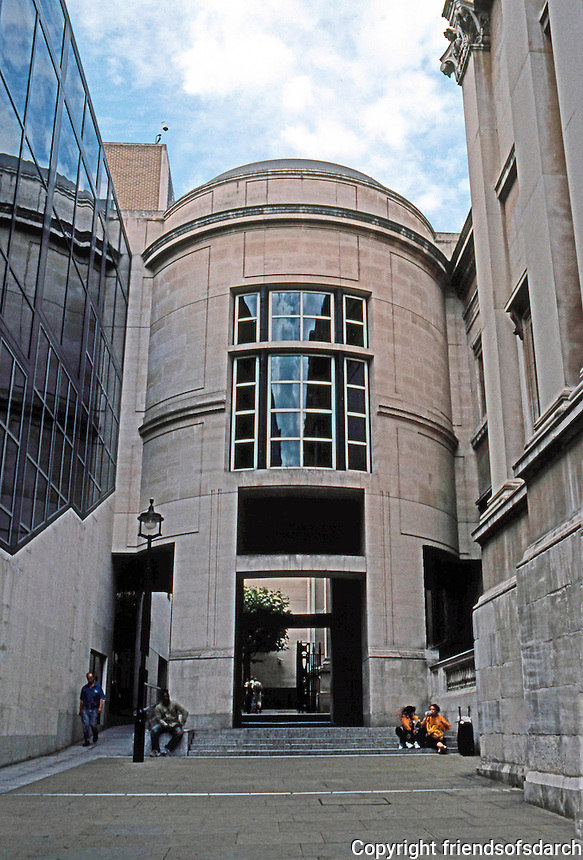 London: Sainsbury Wing to left; National Gallery to right. Robert Venturi.  Photo 2005.