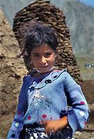 TURCHIA: Anatolia Orientale, sulla strada verso il sito archeologico di ANI,ragazza curda.TURKEY: Eastern Anatolia, on the road to  the archaelogical site of ANI. Kurdish girl.
