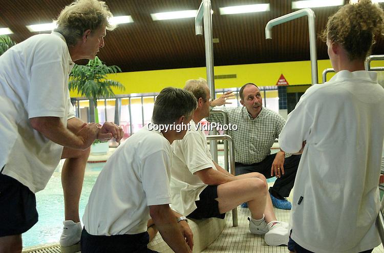 Foto: VidiPhoto..AMERSFOORT - Instructeur Arie van Os vertelt zijn cursisten hoe lastige jongeren het best aangepakt kunnen worden in het zwembad.