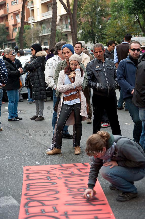 Roma 31 Ottobre 2011.Sgomberato dalla polizia l'ex deposito Atac San Paolo di via Collina Volpi,occupato da una ventina di famiglie di senzatetto.