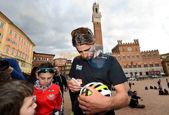 World Champions Peter Sagan (SVK) Bora-Hansgrohe with fans pictured before his press conference in Piazza del Campo, Siena, Tuscany, Italy 3rd March 2017.<br /> Picture: LaPresse/Gian Mattia D'Alberto | Newsfile<br /> <br /> <br /> All photos usage must carry mandatory copyright credit (&copy; Newsfile | LaPresse/Gian Mattia D'Alberto)