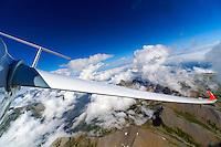 Segelfliegen in den Seealpen: EUROPA, FRANKREICH, HAUT ALPES (EUROPE), 12.08.2013: Blick auf Leitwerk und Flaechen eines Segelflugzeugs beim Segelfliegen in den franzoesischen Seealpen.