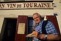 Europe/France/Centre/37/Indre-et-Loire/Azay-le-Rideau : M. Robert Denis, viticulteurs AOC Azay-le-Rideau devant le caf&eacute; &quot;Au Bon Vin de Touraine&quot;<br /> PHOTO D'ARCHIVES // ARCHIVAL IMAGES<br /> FRANCE 1990