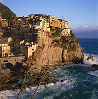 Italy, Liguria, Manarola: View of Cinque Terre village, UNESCO World Heritage Site | Italien, Ligurien, Cinque Terre, Manarola: UNESCO-Weltkulturerbe