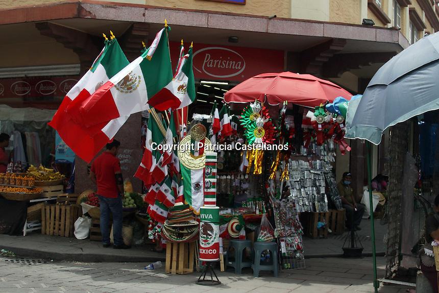 """Oaxaca de Juárez, Oax. 05/09/2915.- Con la llegada del """"Mes Patrio"""", el corazón de la entidad oaxaqueña ha sido adornado con temas alusivo a las fiestas de septiembre, así mismo, se puede ver por toda la ciudad, diversos puestos que ofertan artículos alusivos a la temporada."""