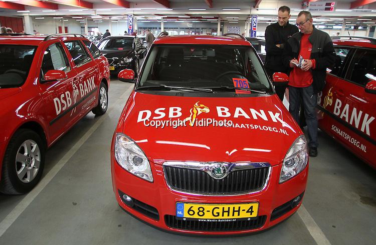 Foto:Henk Aalbers..BARNEVELD - Enkele duizenden belangstellenden kwamen zaterdag naar Barneveld om de ruim 280 auto's van de failliete DSB-bank te bekijken. Bij BCA Autoveiling worden de voertuigen woensdag fysiek en online geveild. Ook de personenauto's van de DSB-schaatsploeg, de spelers van AZ en de mercedes van oud-DSB-directeur Scheringa zijn te koop. Volgens eigenaar Iede Aukema van BCA, is er nog nooit zoveel belangstelling geweest voor een autopark als bij de verkoop van de DSB-voertuigen. Diverse ex-werknemers van DSB zijn volgens hem van plan hun 'eigen' auto terug te kopen.