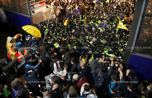 Ferry tragedy protest, Apr 18, 2015 : Policemen block protesters trying to march toward Gwanghwamun gate near the presidential Blue House in Seoul, South Korea. About 30,000 people  (8,000 by police estimate) demonstrated on April 18,  two days after the first anniversary of Sewol ferry tragedy to demand that the government scrap the special Sewol Law enforcement decree, salvage the ferry and hold a thorough investigation into the tragedy. They also called for resignation of President Park Geun-hye.The police detained about 100 protesters during the protest. (Photo by Lee Jae-Won/AFLO) (SOUTH KOREA)