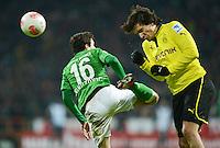 FUSSBALL   1. BUNDESLIGA   SAISON 2012/2013    18. SPIELTAG SV Werder Bremen - Borussia Dortmund                   19.01.2013 Zlatko Junuzovic (li, SV Werder Bremen) gegen Mats Hummels (re, Borussia Dortmund)