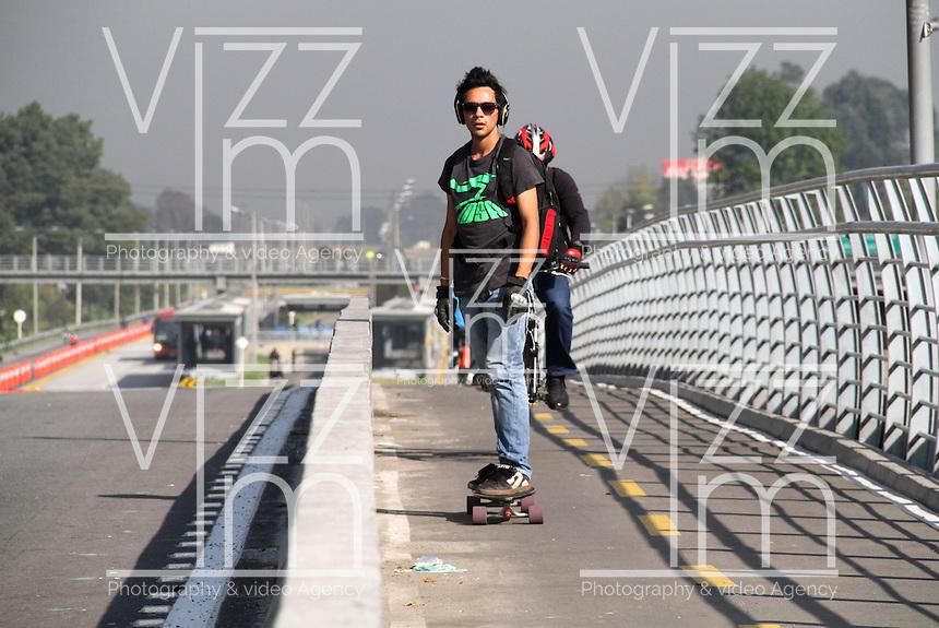 BOGOTA-COLOMBIA 7-02-2013. Día sin carro , cicloruta y ciclovía de la avenida Eldorado. Day without car, bike path and bike path Eldorado Avenue. ( Photo / VizzorImage / Felipe Caicedo / Staff).