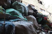 2011 Mokattam Garbage City (alla periferia del Cairo) il quartiere copto dove si vive in mezzo alla spazzatura raccolta: una montagna di sacchi dell'immodizia. SUllo sfondo la facciata di un palazzo.