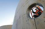 Foto: VidiPhoto<br /> <br /> BEMMEL - In het kassengebied Bergerden bij Bemmel bouwt  Groengas Gelderland op dit moment de modernste biovergister van ons land. In zes enorme silo's worden vanaf halverwege volgende jaar zo'n 76.000 ton mest en bermgras (50 procent van elk) verwerkt tot groen gas. In bermgras zit methaan, dat 25 keer schadelijker is dan fosfaat. Jaarlijks produceert Groengas Gelderland 7 miljoen kuub gas, voldoende voor 10.000 inwoners. Het miljoenen euro's kostende project wordt in eigen beheer uitgevoerd met SDE-subsidie (subsidieregeling duurzame energie). De mest komt van veehouders uit de omgeving en wordt daar eerst ingedikt en vervolgens naar Bergerden getransporteerd. Nadat de bioinstallatie er 20 procent gast uithaalt, blijft er 80 procent herbruikbare meststof over. Initiatiefnemers van een project zijn een tweetal akkerbouwers uit Huissen.