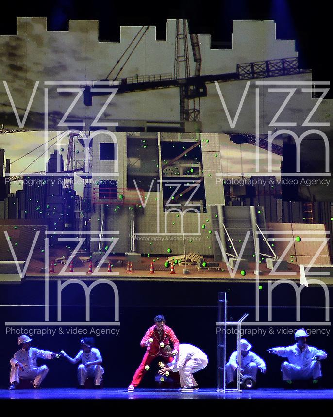 """BOGOTÁ-COLOMBIA-24-03-2016. Presentación  de la compañía """"Cirque Éloize"""" (Canada) en la Carpa de la Américas como parte del XV Festival Iberoamericano de Teatro de Bogotá. Este es el festival de teatro más grande del mundo y se lleva a cabo en Bogotá entre el 11 y el 27 de marzo de 2016. / Performance of the company """"Cirque Éloize"""" (Canada) at carpa de las Americas as a part of the XV Ibero-American Theater Festival of Bogota. This is the world's largest theater festival and is held in Bogota between 11 and 27 March 2016.  Photo: VizzorImage/ Gabriel Aponte /Staff"""