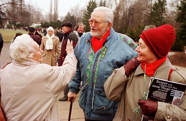 Zum Gedenken an die vor 81 Jahren am 15. Januar 1919 ermordeten Rosa Luxemburg und Karl Liebknecht kamen 80.000 Menschen zur Gedenkstaette der Sozialisten nach Berlin-Friedrichsfelde. Die Veranstaltung wurde von 2.000 Polizisten, darunter etliche Scharfschuetzen, gesichert.<br /> Am Wochenende zuvor wurde das Gedenken von Polizei und Innensenat wegen einer ominoesen Anschlagsdrohung verboten.<br /> Hier: Der ehemalige Moderator des TV-Politmagazins Der Schwarze Kanal des DDR-Fernsehens, Karl Eduard von Schnitzler mit Ehefrau, wird von einer Veranstaltungsteilnehmerin freudig begruesst.<br /> Berlin, 15.1.2000<br /> Copyright: Christian-Ditsch.de<br /> [Inhaltsveraendernde Manipulation des Fotos nur nach ausdruecklicher Genehmigung des Fotografen. Vereinbarungen ueber Abtretung von Persoenlichkeitsrechten/Model Release der abgebildeten Person/Personen liegen nicht vor. NO MODEL RELEASE! Nur fuer Redaktionelle Zwecke. Don't publish without copyright Christian-Ditsch.de, Veroeffentlichung nur mit Fotografennennung, sowie gegen Honorar, MwSt. und Beleg. Konto: I N G - D i B a, IBAN DE58500105175400192269, BIC INGDDEFFXXX, Kontakt: post@christian-ditsch.de<br /> Bei der Bearbeitung der Dateiinformationen darf die Urheberkennzeichnung in den EXIF- und  IPTC-Daten nicht entfernt werden, diese sind in digitalen Medien nach &sect;95c UrhG rechtlich gesch&uuml;tzt. Der Urhebervermerk wird gemaess &sect;13 UrhG verlangt.]