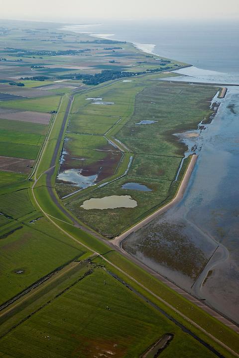 Nederland, Friesland, Gemeente Dongeradeel, 08-09-2009; Peazemerlannen, kweldergebied grenzend aan het Wierumerwad en de Waddenzeee. Het gebied is ontstaan door spontane uitpoldering bij storm in 1973 waarbij er een gat geslagen werd in de bitumendijk. Links de zeedijk (op delta hoogte) in het midden de zigzag lopende dijk van de zomerpolder. Het natuurgebied is in beheer bij  It Fryske Gea. Op het tweede plan, aan de dijk, het tweeling-dorp Paesens - Moddergat.Peazemerlannen, salt marshes bordering the Wierumerwad and Waddenzeee. The area has been created in 1973, a severe storm made a hole in the outside polder dike. Left the seawall (delta height),  in the middle of the zigzag dike  of the summer polder. The area is a nature reserve, managed by It Fryske Gea.luchtfoto (toeslag); aerial photo (additional fee required); .foto Siebe Swart / photo Siebe Swart