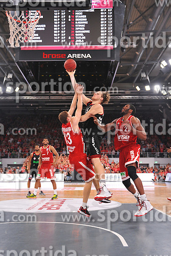 21.06.2015, Brose Arena, Bamberg, GER, Beko Basketball BL, Brose Baskets Bamberg vs FC Bayern Muenchen, Playoffs, Finale, 5. Spiel, im Bild John Bryant (FC Bayern Muenchen / Mitte) beim Korbleger. Janis Strelnieks (Brose Baskets Bamberg / links) und Trevor Mbakwe (Brose Baskets Bamberg / rechts) versuchen zu blocken. // during the Beko Basketball Bundes league Playoffs, final round, 5th match between Brose Baskets Bamberg and FC Bayern Muenchen at the Brose Arena in Bamberg, Germany on 2015/06/21. EXPA Pictures &copy; 2015, PhotoCredit: EXPA/ Eibner-Pressefoto/ Merz<br /> <br /> *****ATTENTION - OUT of GER*****