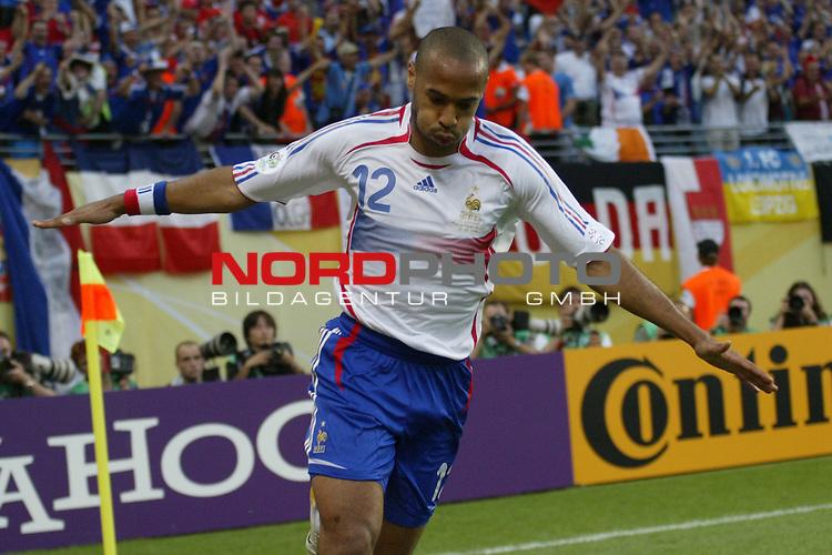 FIFA WM 2006 -  Gruppe D  Vorrunde ( Group D )<br /> Play   #29 (18-Jun) - Frankreich - Korea 1:1<br /> <br /> Thierry Henry von Frankreich umkurvt beim Jubel nach seinem Tor zum 1:0 die Eckfahne.<br /> <br /> Foto &copy; nordphoto