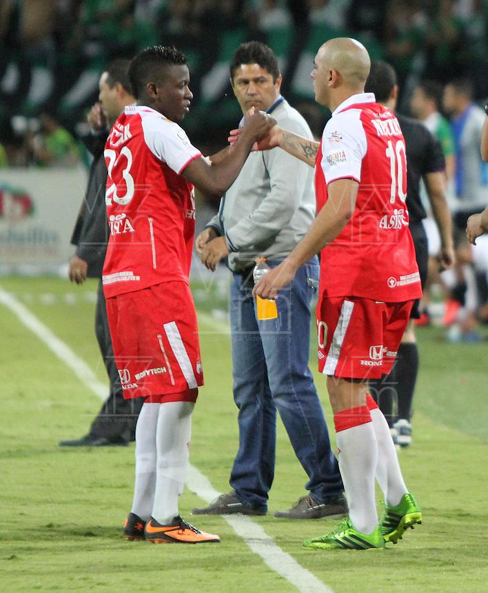 MEDELL&Iacute;N -COLOMBIA, 14-07-2013. Jefferson Cuero (Izq) y Omar P&eacute;rez (Der) del Independiente Santa Fe se felicitan luego de su empate contra Atl&eacute;tico Nacional. Primer partido de la final de la Liga Postob&oacute;n  entre Atl&eacute;tico Nacional e Independiente Santa Fe , jugado en el estadio Atanasio Girardot de la ciudad de Medell&iacute;n ./ Jefferson Cuero (L) and Omar Perez (Der) of Independiente Santa Fe is congratulated after his draw against Atletico Nacional. First game of Postob&oacute;n League final between Atletico Nacional and Independiente Santa Fe, he played in the Atanasio Girardot stadium in Medellin<br />