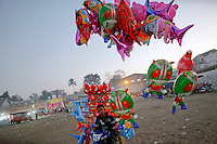 A vendor sells balloons at Keng Tung in mountains of Shan State January 28, 2012. Myanmar has dramatically escalated its poppy eradication efforts since September 2011, threatening the livelihoods of impoverished farmers who depend upon opium as a cash crop to buy food. With new ceasefires ending years of conflict between the government and ethnic insurgents, Myanmar police and United Nations officials travel through opium-rich Shan State to ask farmers what assistance they need.   REUTERS/Damir Sagolj (MYANMAR)