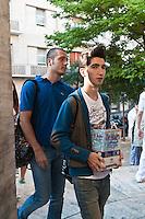 PESCARA 20-06-2012: ESAMI DI MATURITA',  L'INGRESSO DEGLI STUDENTI NEL LICEO GINNASIO GABRIELE D'ANNUNZIO, PER LA PRIMA PROVA DI ITALIANO. NELLA FOTO  STUDENTI CHE ATTENDONO L'INGRESSO NEL LICEO. FOTO DILORETO ADAMO