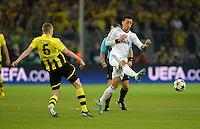 FUSSBALL  CHAMPIONS LEAGUE  HALBFINALE  HINSPIEL  2012/2013      Borussia Dortmund - Real Madrid              24.04.2013 Sven Bender (li, Borussia Dortmund) gegen Mesut Oezil (re, Real Madrid)