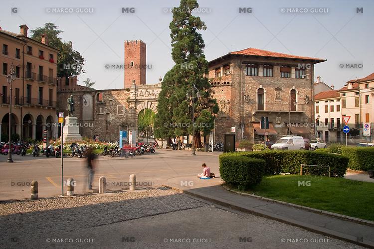 VICENZA, CENTRO STORICO, ENTRATA DEL TEATRO OLIMPICO (architetto Andrea Palladio 1580) E PIAZZA ...