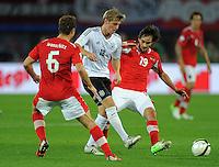 Fussball International  WM Qualifikation 2014   11.09.2012 Oesterreich - Deutschland Andreas Ivanschitz (li, Oesterreich) gegen Toni Kroos (Mitte, Deutschland)  und Veli Kavlak (Oesterreich)