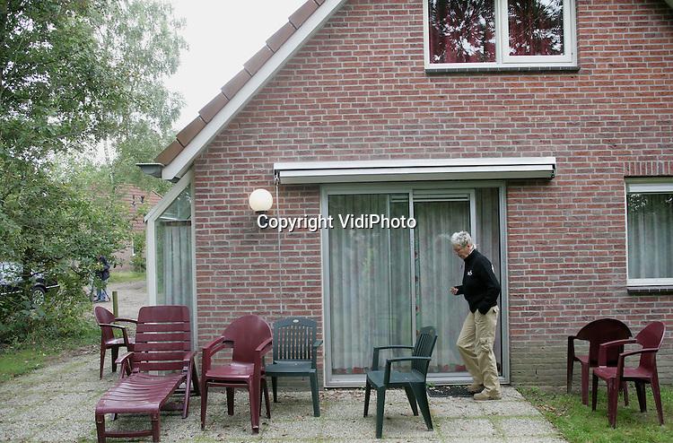 Foto: VidiPhoto..BRAAMT- Bungalow 222 op vakantiepark Landal Stroombroek bij Braamt, waar Claudia Melchers werd vastgehouden. De achterpersoonsbungalow werd voor drie weken gehuurd. Foto: Een nieuwsgierige buurtbewoner aan de achterzijde.
