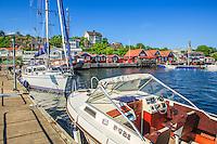 Båtar vid bryggan i Dalarös gästhamn i Stockholms skärgård.