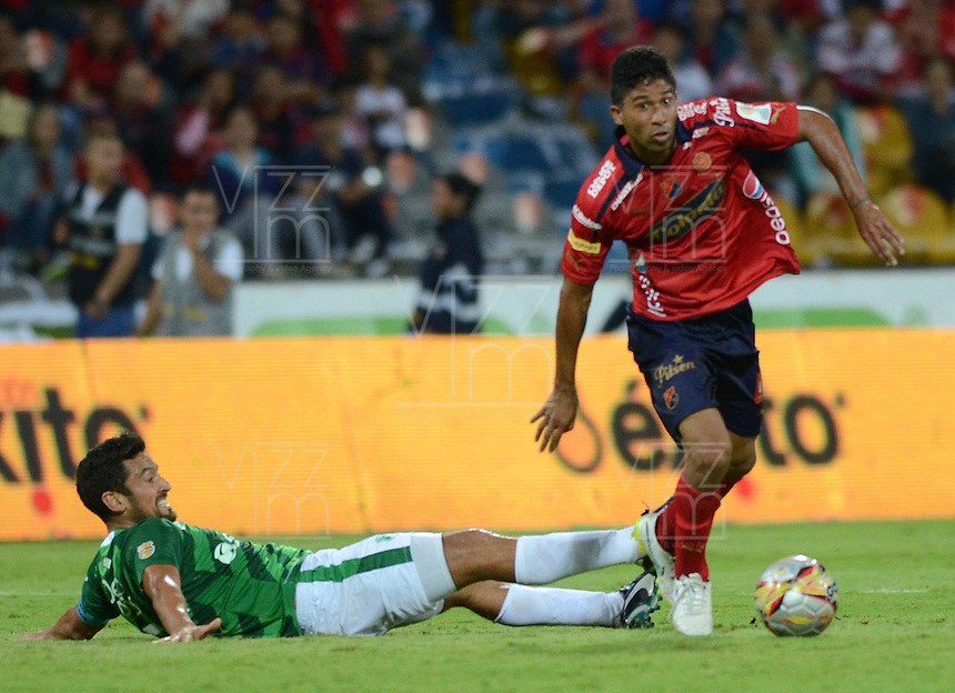 MEDELLÍN -COLOMBIA-11-04-2015. Christian Marrugo (Der) jugador de Independiente Medellín disputa el balón con Andres Perez (Izq) jugador de Deportivo Cali durante partido por la fecha 15 de la Liga Águila I 2015 jugado en el estadio Atanasio Girardot de la ciudad de Medellín./ Christian Marrugo (R) player of Independiente Medellin fights for the ball with Andres Perez (L) player of Deportivo Caliduring the match for the  15th date of the Aguila League I 2015 at Atanasio Girardot stadium in Medellin city. Photo: VizzorImage/León Monsalve/STR