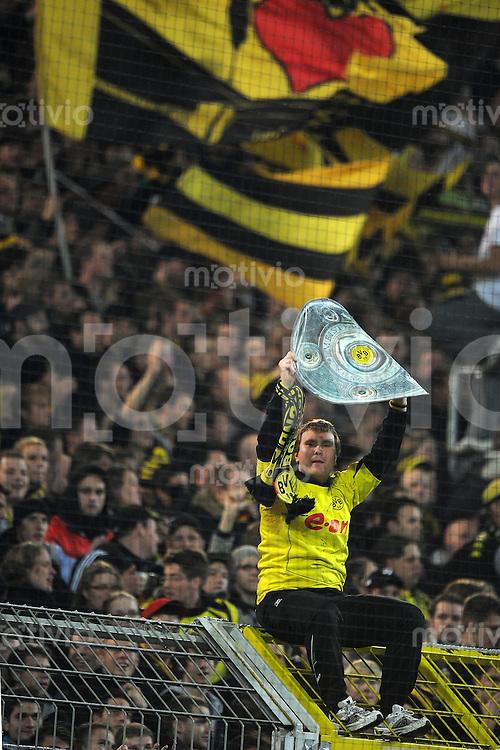 FUSSBALL   1. BUNDESLIGA   SAISON 2010/2010   12. SPIELTAG Borussia Dortmund - Hamburger SV                          12.11.2010 Ein Fan von Borussia Dortmund feiert mit einer Kopie der Meisterschale