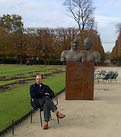 FRANCIA - Parigi - Giardini delle Tuileries - ottobre 2004 - Mostra di sculture di IGOR MITORAJ - .COPPIA REALE, bronzo (1998).In occasione dell'anno della Polonia vengono presentate a Parigi, dopo Cracovia, Varsavia e Roma una ventina di opere in bronzo e marmo - .