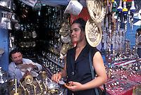 Tunisia, citt&agrave; di Kairouan, ragazza tunisina davanti a una bancarella di oggetti di artigianato.<br /> Tunisia, the city of Kairouan, Tunisian girl in front of a stand of handicrafts.
