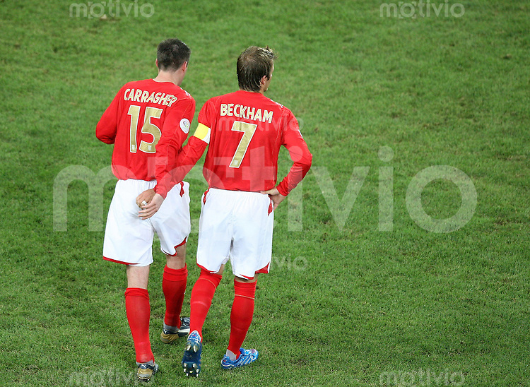 Fussball WM 2006  Gruppenspiel  Vorrunde Schweden - England Jamie CARRAGHER (ENG, li) und David Beckham (ENG) gehen gemeinsam ueber das Spielfeld