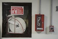 BOGOTÁ-COLOMBIA-18-01-2013. Gabrinete de seguridad contra incendios con manguera y teléfono de emergencia./ Fire safety cabinet with hose and emergency phone. Photo: VizzorImage/STR