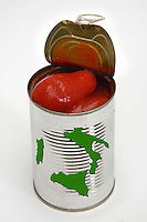 Cibi e bevande. Food and beverages..Pomodori pelati in barattolo di alluminio..Peeled tomatoes tin of aluminum....