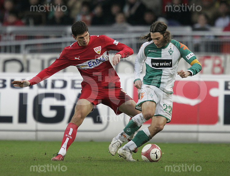 Fussball  1. Bundeslig in Stuttgart VfB Stuttgart - SV Werder Bremen  10.02.07  Mario Gomez gegen Torsten Frings
