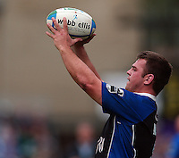 2005/06 Heineken Cup, Bath Rugby vs Bourgoin, Bath hooker  Lee Mears, sets to throw the line out ball in.  The Rec, Bath,  ENGLAND:    29.10.2005   © Peter Spurrier/Intersport Images - email images@intersport-images..
