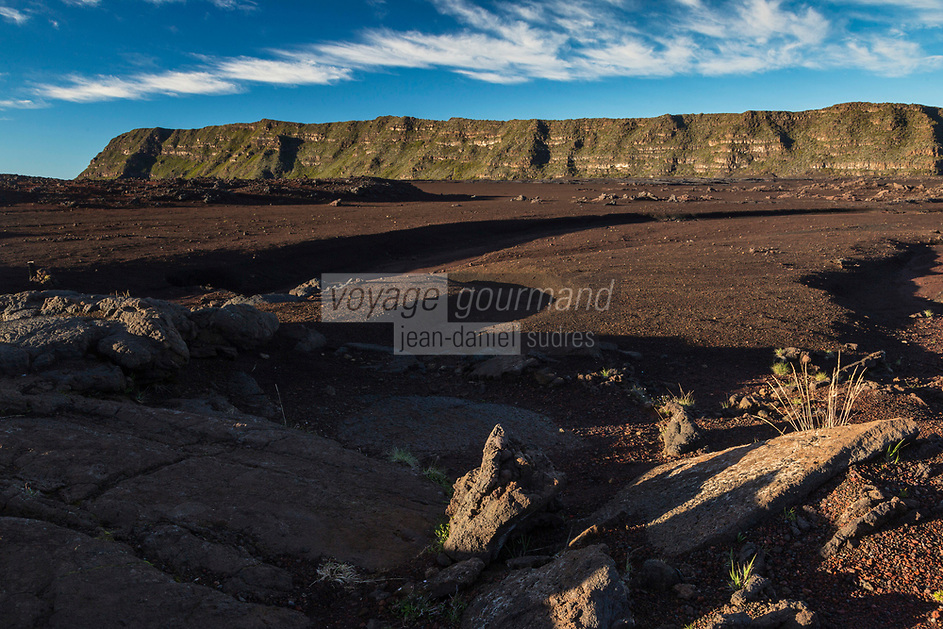 France, île de la Réunion, Parc national de La Réunion, classé Patrimoine Mondial de l'UNESCO, volcan du Piton de la Fournaise, l' enclos Fouqué   et  le  plateau du  Fond de la Rivière de l'Est et le  rempart de la Rivière de l'Est,// France, Reunion island (French overseas department), Parc National de La Reunion (Reunion National Park), listed as World Heritage by UNESCO, Piton de la Fournaise volcano, the Fouque enclosure and of the  East River plateau and of  the East River bulwark   in the background