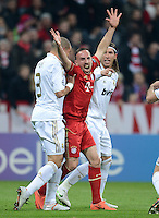 FUSSBALL   CHAMPIONS LEAGUE  HALBFFINAL HINSPIEL   2011/2012      FC Bayern Muenchen -Real Madrid          17.04.2012 Pepe (li, Real Madrid)  gegen Franck Ribery (FC Bayern Muenchen)